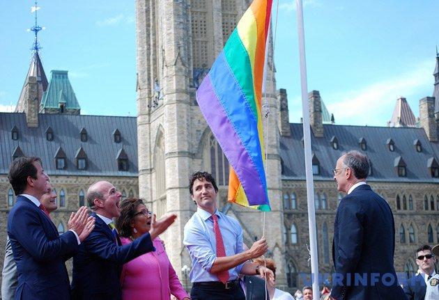 Джастін Трюдо (другий праворуч) під час церемонії підняття веселкового прапору (символу руху ЛГБТ) на галявині біля парламенту Канади