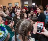 В Запорожье Марина Порошенко вместе со студентами посадила аллею роз