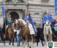 Король Лев, рыцари и ретро авто: Львовом прошло театрализованное шествие ко Дню города