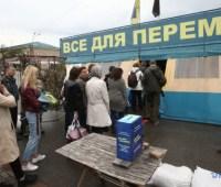 Активисты разобрали ограждение возле волонтерской палатки в Харькове