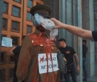 Нацкорпус принес к горсовету Харькова чучело маршала Жукова