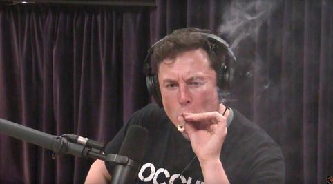 Під час інтерв'ю палив або, принаймні вдавав, що палить