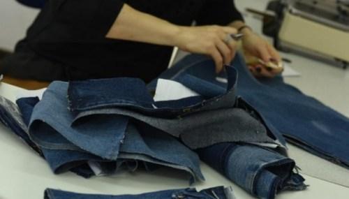 На сукню йде п'ять старих піджаків, а перешиті джинси коштують $400