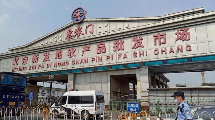 В Пекине усилили карантинные меры из-за вспышки COVID-19 на оптовом рынке Синьфади