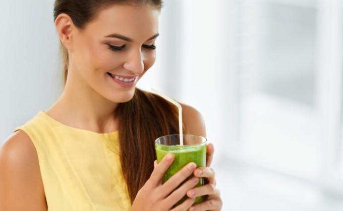 femeie care bea suc natural