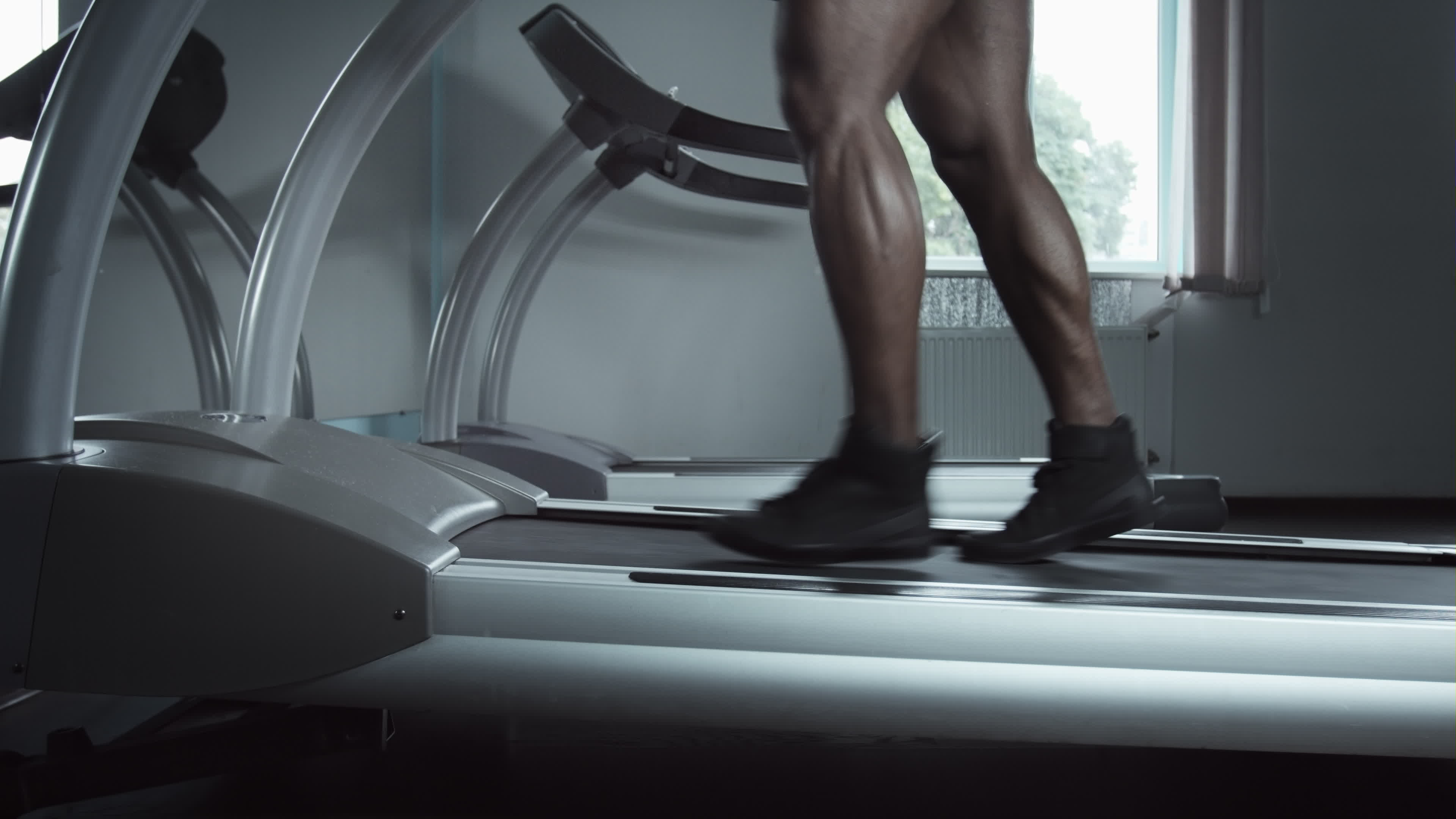 courir les jambes masculines sur le tapis roulant augmenter l inclinaison