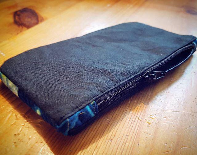 Jag sydde en grej igår när bakis-segheten hade lagt sig lite. Har vaga planer för en ny plånboksväska, men kunde inte låta bli att börja lite… #viddesyr #myntfack #sy #sytt #plånbok