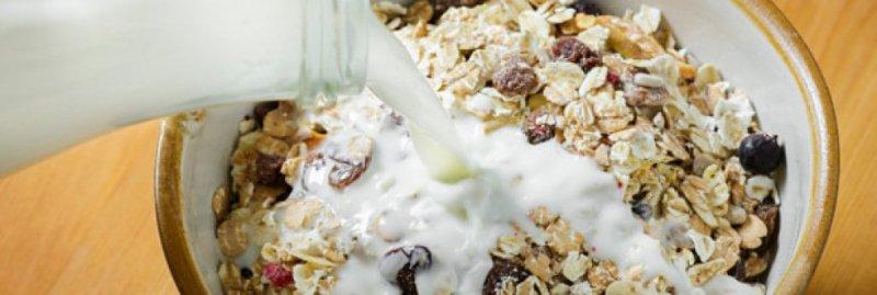 6. Зърнени закуски и мляко   Защо? За много от вас, четящи тези редове, изглежда шокиращо да е така, защото зърнените закуски с мляко са фундаментален компонент от много диети по света. Те са се превърнали в синоним на закуската, но и двете съдържат бързо разграждащи се въглехидрати, които подлагат тялото на стрес; и двете причиняват пик на кръвната захар, след който се чувствате изтощени, когато тя отново се понижи. Това ви тласка да консумирате повече нездравословни храни.
