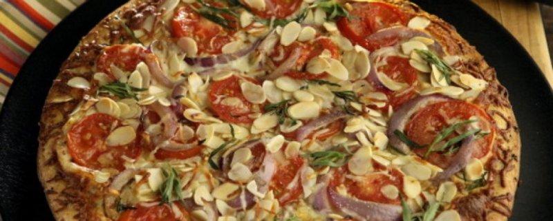 4. Скорбялни въглехидрати и домати   Защо? Доматите са киселинен плод и могат да причиняват проблеми, когато се консумират едновременно със скорбялни въглехидрати - като ориз или сладки картофи. В такъв случай сте изправени пред риск от лошо храносмилане и други проблеми. Смята се, че изтощението след хранене може да се дължи именно на консумацията нa домати и скорбялни въглехидрати.