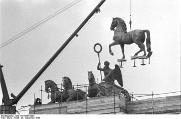 Bundesarchiv, Bild 183-58697-0001 / CC-BY-SA 3.0 | 27. września 1958 roku - powrót kwadrygi naBramę Brandenburską.