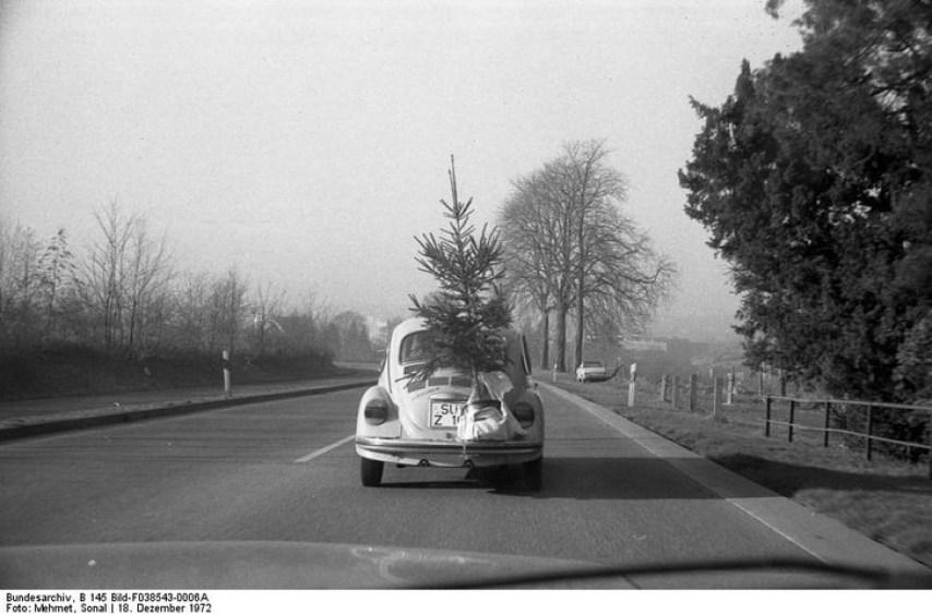 Stare zdjęcie samochodu wiozącego choinkę