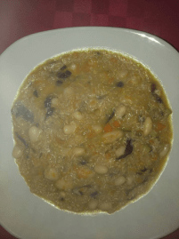 zuppa di quinoa con legumi e verdure