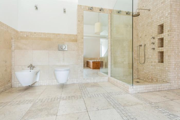 la pierre naturelle pour une salle de bain