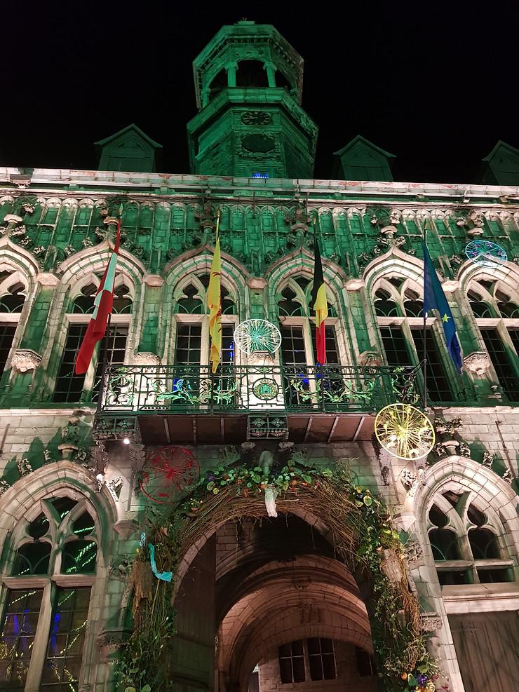 fachada de edificio iluminada en verde arquitectura del norte de francia belgica mairie