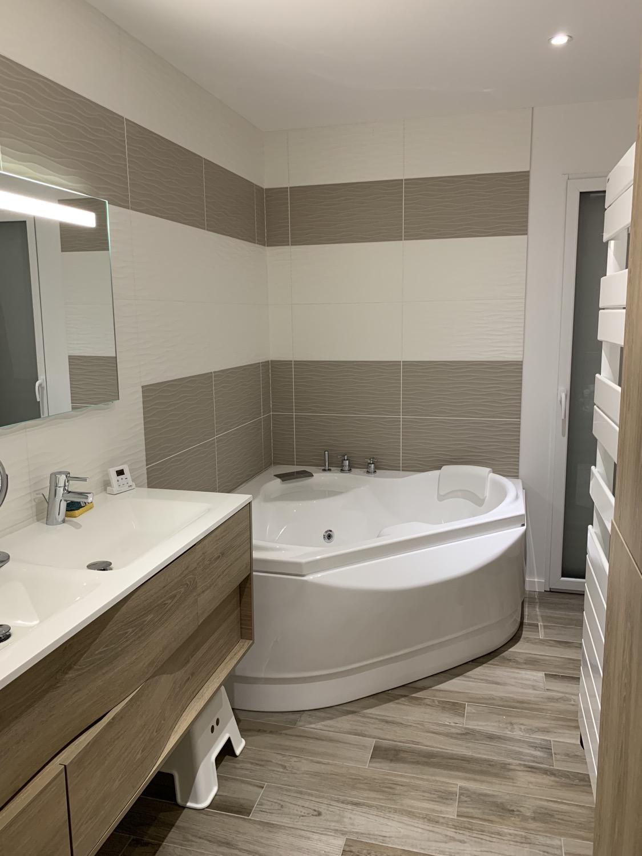 salle de bain moderne baignoire dangle