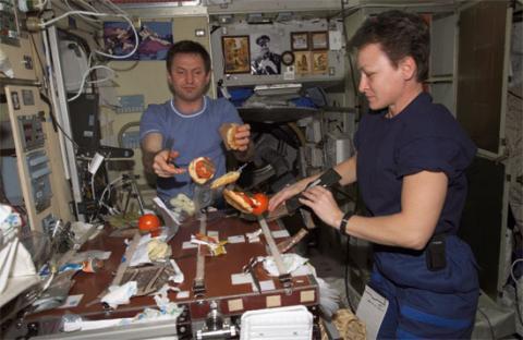 Thức ăn trên tàu được chuẩn bị như thế nào?