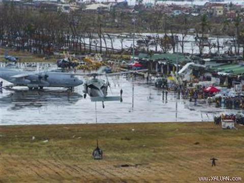 Trực thăng Mỹ dỡ hàng ở căn cứ không quân Tacloban hôm 14-11. Ảnh: Reuters