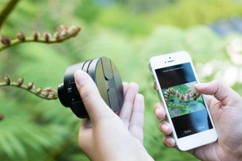 Sony Smart Lens có mặt trong danh sách 25 phát minh đáng chú ý nhất năm 2013 củatạp chí Time. ống kính, cảm biến và các thành phần cần thiết khác để chụp ảnh như thẻ SD, bộ vi xử lý... nhưng không có màn hình hay hệ thống điều khiển. Nó có thể kết nối không dây với smartphone và tablet chạy iOS hoặc Android (qua Wi-Fi hoặc NFC) để biến màn hình điện thoại thành kính ngắm (viewfinder) cũng như cho phép chia sẻ ảnh nhanh chóng lên mạng.