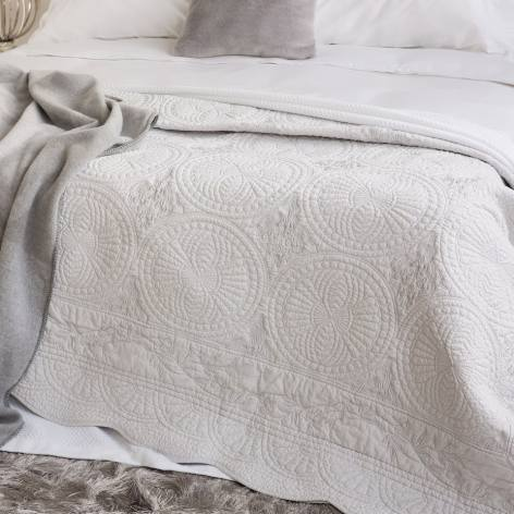 how to style a bed quilt