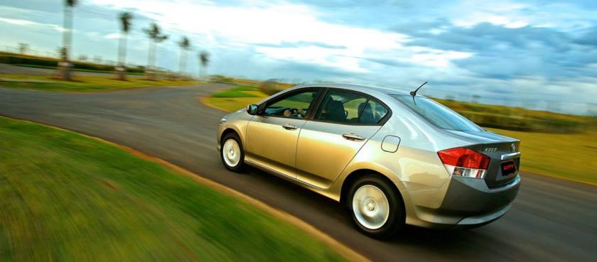 carro em velocidade em estrada no brasil