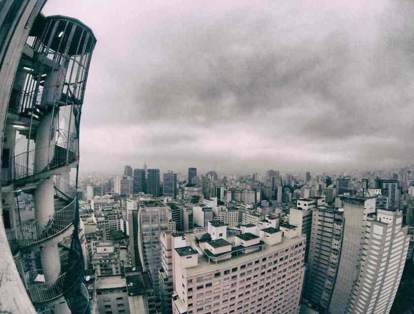 foto de sao paulo do alto de um prédio mostra nuvens cinzas fechadas por conta da chuva