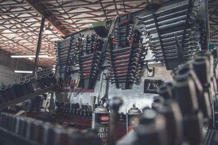 peças de reparo automotivo organizadas em uma oficina mecanica
