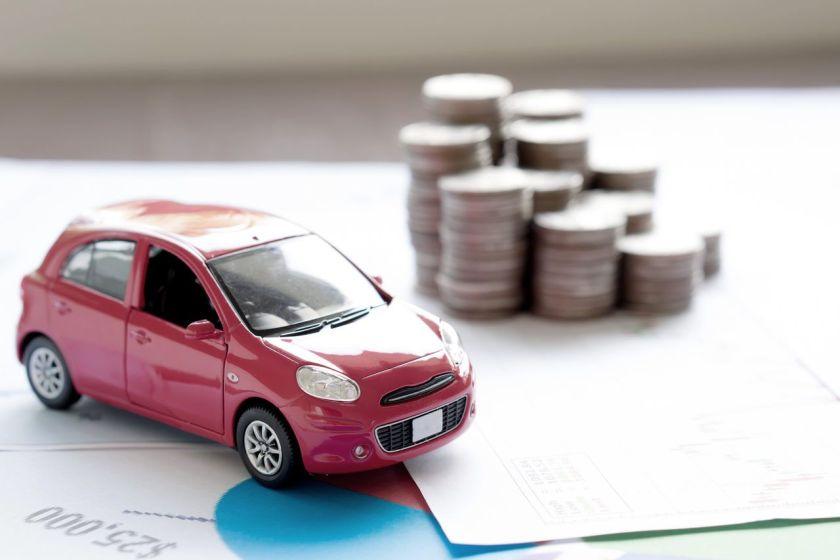 carro ao lado de contas a pagar e moedas
