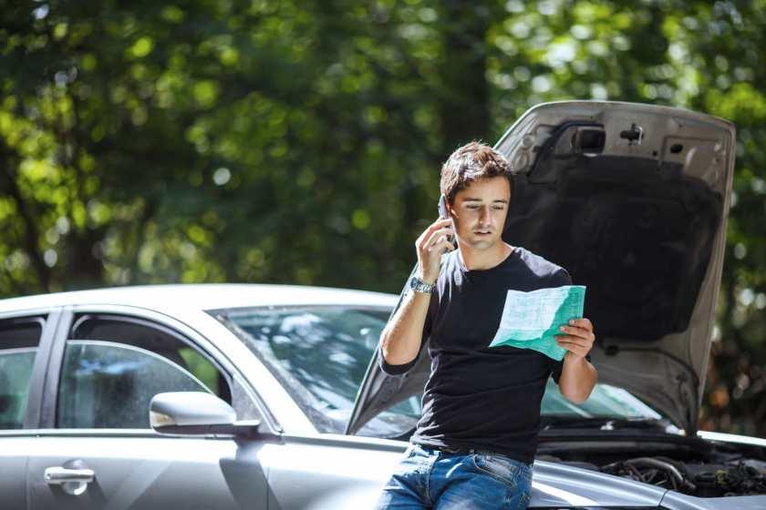 Motorista liga para seguradora após seu carro apresentar problema