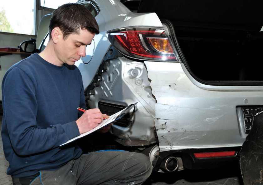 Inspetor da seguradora avalia a dimensão do prejuízo no veículo acidentado.