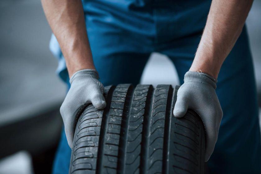 mecânico trocando pneu do carro em campanha de recall