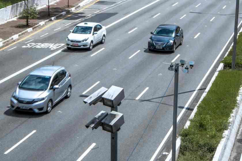 carros passam por radar eletrônico em avenida de sao paulo