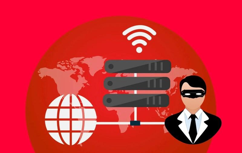Personne anonyme en noir connectée au Net à l'aide d'un serveur