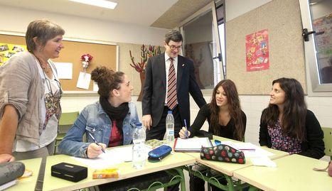 El consejero José Iribas, junto a la directora y varias alumnas de la Escuela de Educadores. GOB. DE NAVARRA