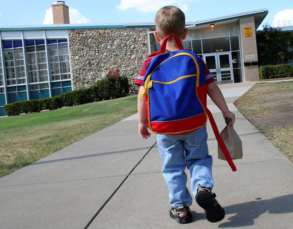 Resultat d'imatges de niño pequeño en el colegio