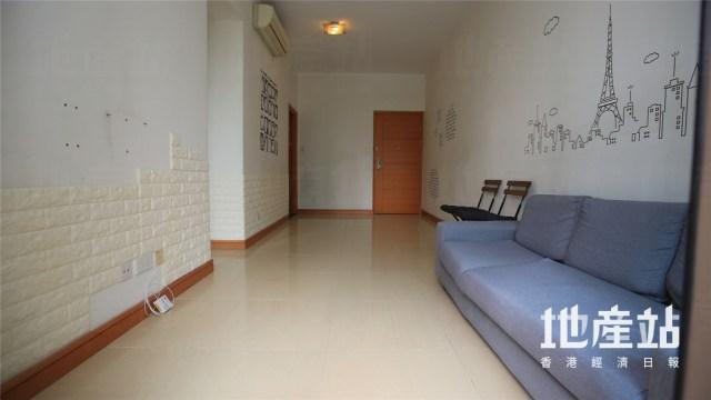 放盤單位屬於5座中低層E室,長廳設計,天花無橫樑,現場已擺放少量家具。
