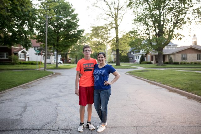 Edith Rivera con su hijo, Steven, en Hampton, Iowa
