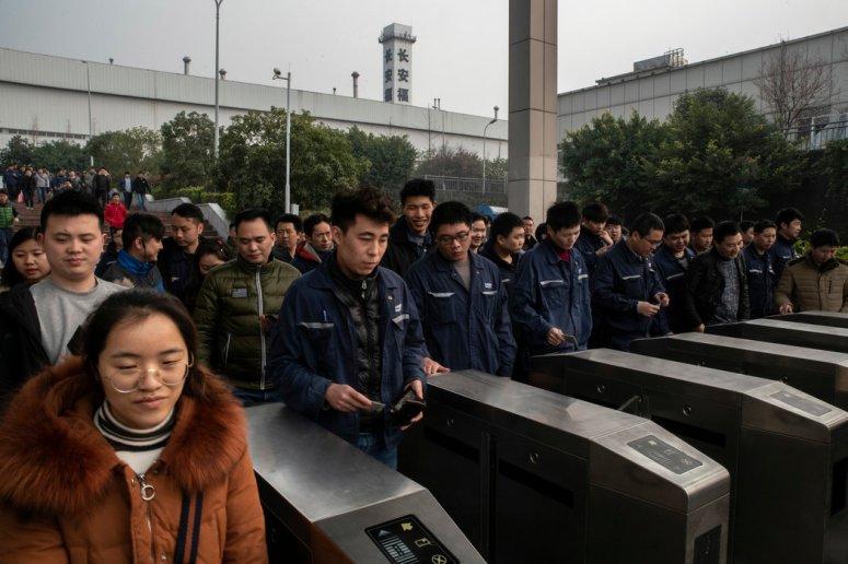 上月,值班后的工人离开一间位在重庆的福特汽车工厂。