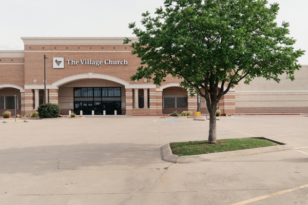 The Village Church en Flower Mound, Texas, es una de las cinco sedes de la iglesia en el área de Dallas. La familia Bragg perteneció a The Village Church durante casi once años.