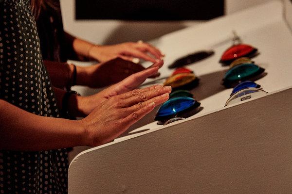 Les participants appuient sur des boutons dans un jeu dans lequel vous suivez des commandes basées sur la couleur.