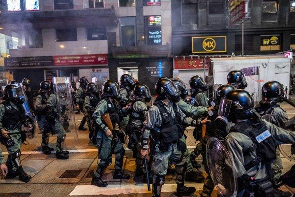 La policía antidisturbios se enfrentó a los manifestantes en Hong Kong a principios de agosto.