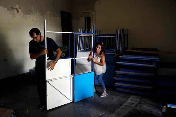 Instalación de los equipos de votación en la Ciudad de Guatemala para la segunda vuelta electoral del domingo entre Sandra Torres y Alejandro Giammattei.