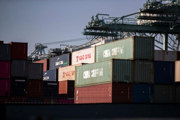 洛杉矶港,中国运输公司的集装箱。 Etienne Laurent/EPA, via Shutterstock