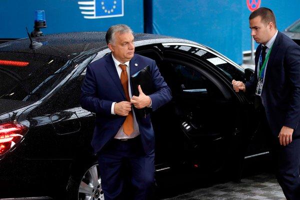 Orbán Viktor magyar miniszterelnök megérkezik az Európai Unió brüsszeli központjába októberben.