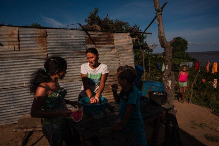 La familia de la Sra. Coro preparando el almuerzo. Crédito... Adriana Loureiro Fernández para The New York Times