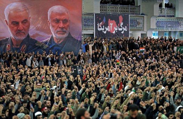 Os iranianos cantaram durante as orações de sexta-feira sob retratos do comandante iraniano Qassim Suleimani, à esquerda, e do líder da milícia iraquiana Abu Mahdi al-Muhandis, ambos mortos em um ataque aéreo americano.