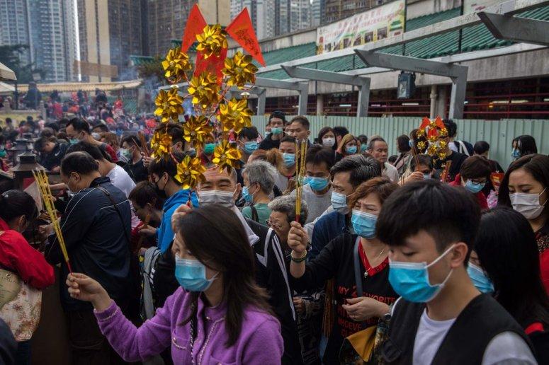 周六,在香港黄大仙庙庆祝农历新年的人们。这座城市正在取消各项新年庆祝活动。