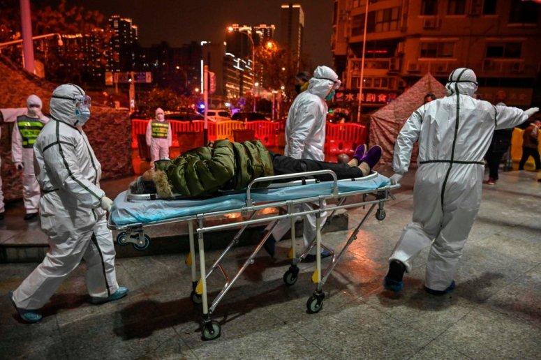 周六,医护人员将一名患者运送至武汉红十字会医院。