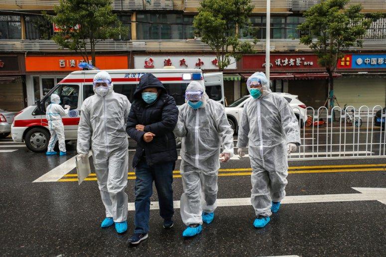 周日,武汉的医务人员和病人。