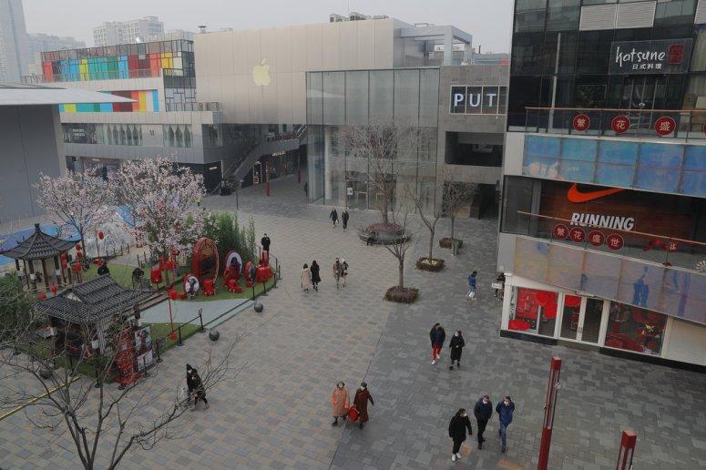 周一,北京通常很受欢迎的购物区三里屯。