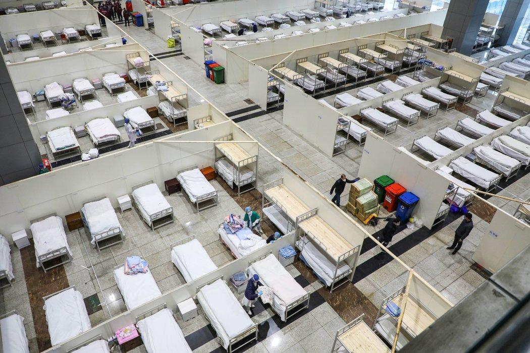 現被用作醫院的武漢展覽中心內部。